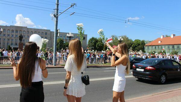 Девушкам в белом раздавали цветы бесплатно - Sputnik Беларусь