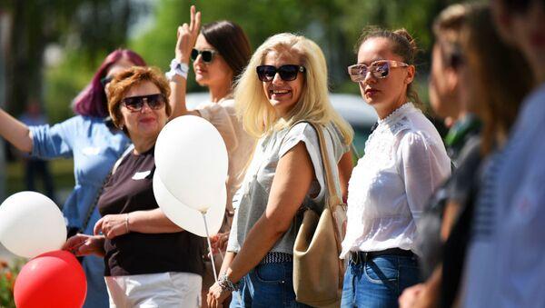 В руках учителей были цветы и шары - Sputnik Беларусь
