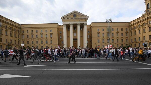 Участники акции протеста у здания КГБ Беларуси на проспекте Независимости в Минске. - Sputnik Беларусь