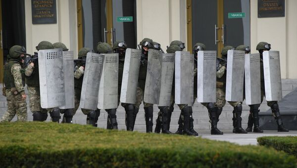 Военнослужащие во время акции протеста на площади Независимости в Минске. - Sputnik Беларусь