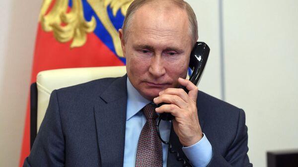 Президент России Владимир Путин разговаривает по телефону - Sputnik Беларусь