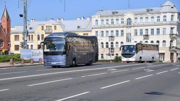Участников митинга к Дому правительства подвозят на автобусах - Sputnik Беларусь