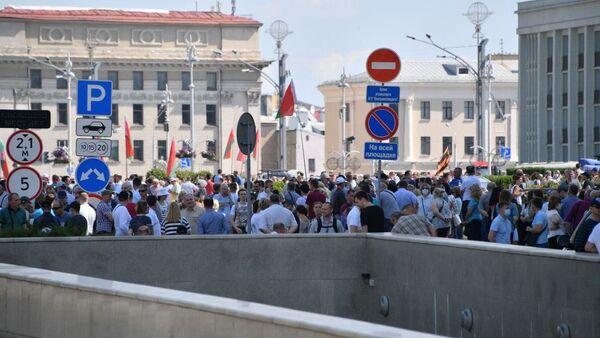 Люди на площади Независимости - Sputnik Беларусь