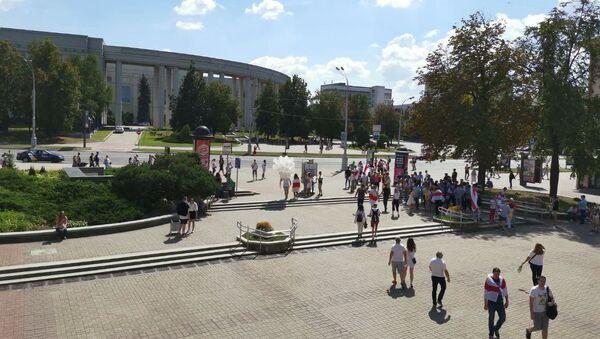 Участники акции протеста возле кинотеатра Октябрь - Sputnik Беларусь
