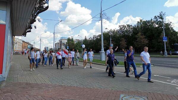 Протестующие идут по проспекту Независимости - Sputnik Беларусь