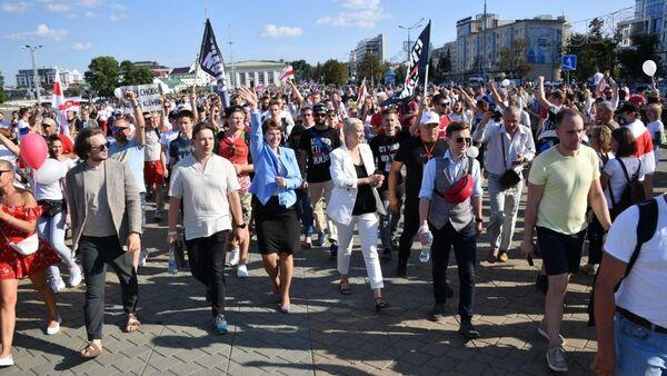 Мария Колесникова на акции протеста 16 августа - Sputnik Беларусь