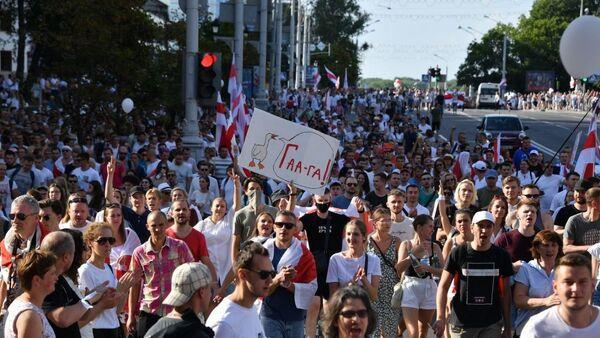 Колонна протестующих идет по центру города - Sputnik Беларусь