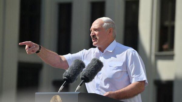 Александр Лукашенко выступает перед сторонниками на площади Независимости - Sputnik Беларусь
