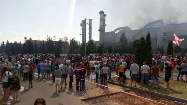В полдень ко всеобщей забастовке присоединились работники жлобинского БМЗ - Sputnik Беларусь