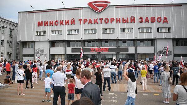 Акцыя пратэсту на МТЗ: рабочыя сабраліся на прахадной - відэа - Sputnik Беларусь