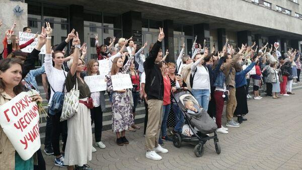 Акция в поддержку честных учителей прошла у Министерства образования - Sputnik Беларусь