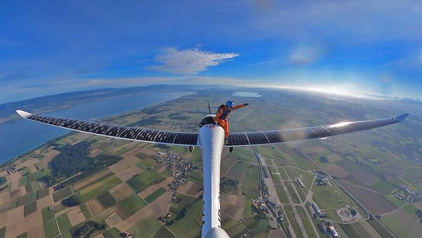 Первый в истории прыжок из самолета на солнечных батареях – видео - Sputnik Беларусь