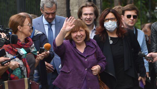 Светлана Алексиевич приехала давать показания в Следственный комитет - Sputnik Беларусь