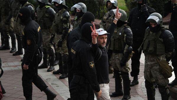 Участники акции протеста и сотрудники правоохранительных органов в Минске - Sputnik Беларусь