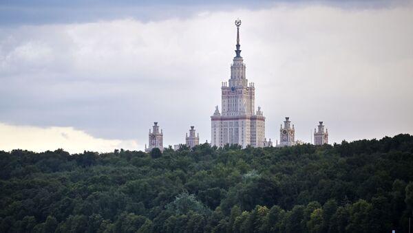 Вид на здание Московского государственного университета имени М. В. Ломоносова с Москва-реки. - Sputnik Беларусь