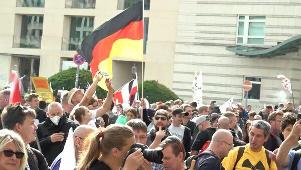 Протесты против антикоронавирусных ограничений прошли в Берлине - Sputnik Беларусь