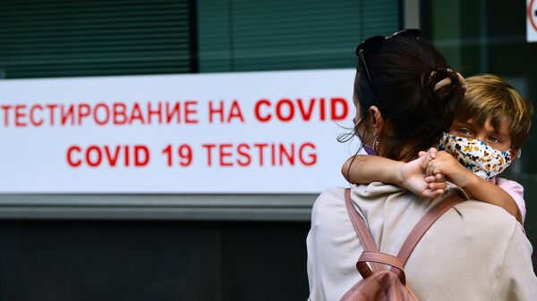 Пассажиры перед экспресс-тестированием на COVID-19 - Sputnik Беларусь