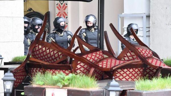 Закрытое кафе в Минске, оцепление ОМОН перед акцией протеста - Sputnik Беларусь