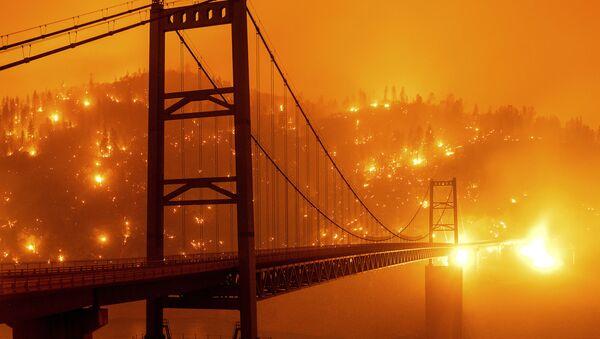 Барный мост Бидуэлл в Оровилле на фоне пылающего леса в Калифорнии - Sputnik Беларусь