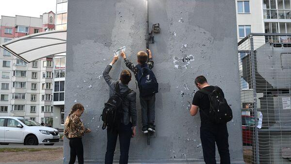 Местные жители очищают стену в жилом дворе на улице Червякова, который назвали Площадью перемен в Минске - Sputnik Беларусь