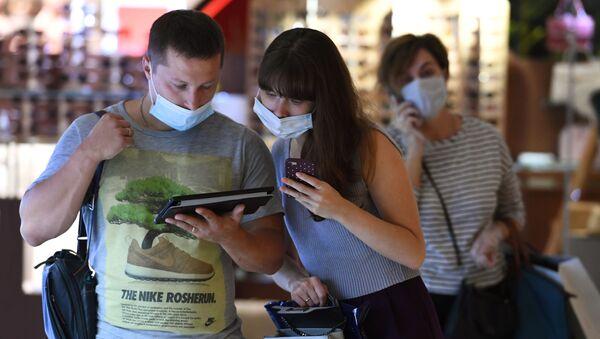 Посетители торгового центра в защитных масках - Sputnik Беларусь