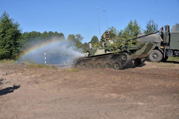Новейшая боевая машина десанта (БМД-4) впервые принимает участие в маневрах на белорусской территории - Sputnik Беларусь