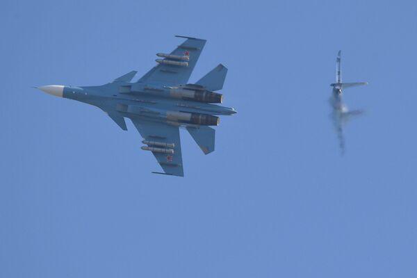 Белорусский истребитель Су-30СМ во время воздушного боя - Sputnik Беларусь