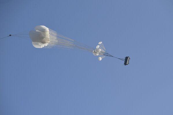 Десантирование техники из транспортника  - Sputnik Беларусь