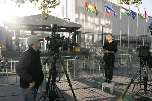 Телевизионная группа работает у штаб-квартиры ООН во время 75-й сессии Генеральной Ассамблеи - Sputnik Беларусь