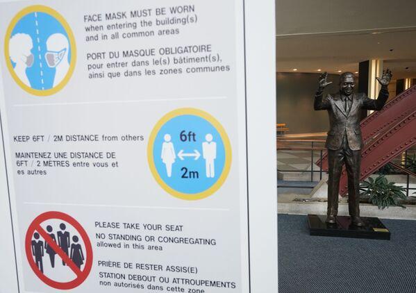 Баннер с информацией о COVID-19 в здании ООН в Нью-Йорке  - Sputnik Беларусь