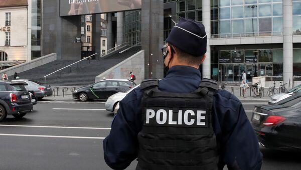Сотрудник парижской полиции - Sputnik Беларусь