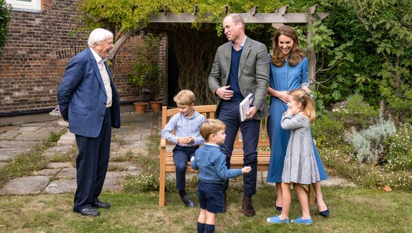 Герцоги Кембриджские с детьми, а также телеведущий-натуралист сэр Дэвид Аттенборо (крайний слева) - Sputnik Беларусь