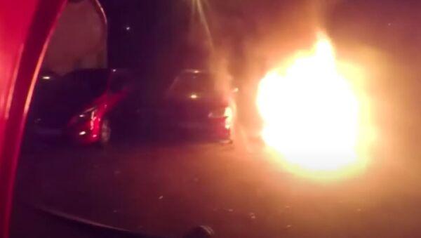Гомельские спасатели показали, как тушили загоревшиеся авто - видео - Sputnik Беларусь