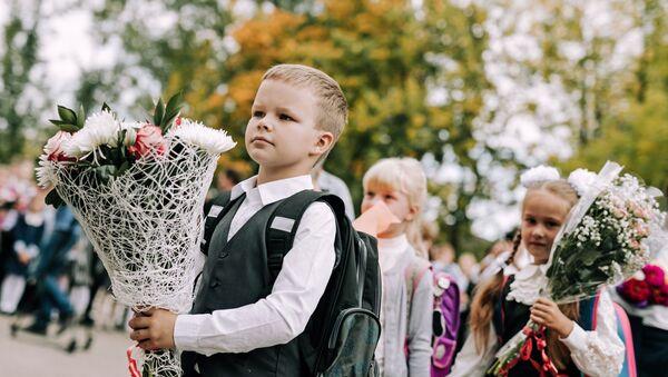 Ученики во время торжественной линейки - Sputnik Беларусь