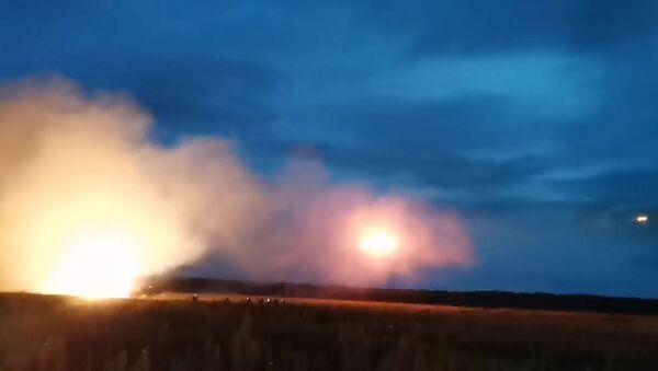 Госкомвоенпром показал, как стреляет новая система залпового огня Шквал - Sputnik Беларусь