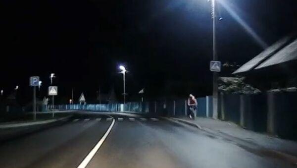 Житель Житковичей, бросив стакан в девушку, попал в милицейское авто - Sputnik Беларусь