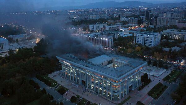 Захват Белого дома и освобождение Атамбаева: ночь протестов в Кыргызстане - Sputnik Беларусь