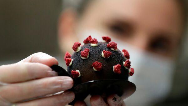 Пражские кондитеры предлагают посетителям пекарни пирожное в форме модели коронавируса - Sputnik Беларусь