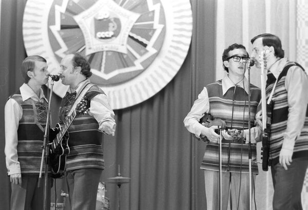 В 1971 году Кашепаров вошел в состав ансамбля Песняры, в котором выступал до 1989 года. Солист прославился исполнением песни Вологда Б. Мокроусова и М. Матусовского. Его неподражаемый звонкий голос когда-то стал одной из самых блистательных находок Мулявина. - Sputnik Беларусь
