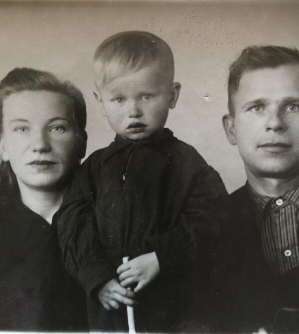 Анатолий Кашепаров с родителями. Будущий солист Песняров родился в Минске 15 октября 1950 года.  - Sputnik Беларусь
