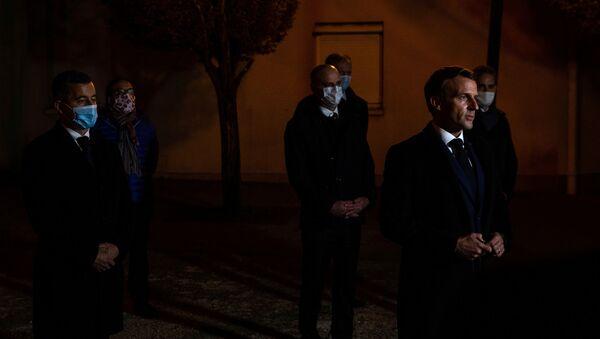 Президент Франции Эмануэль Макрон на месте убийства школьного учителя - Sputnik Беларусь