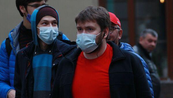 Прохожие в медицинских масках на улицах - Sputnik Беларусь