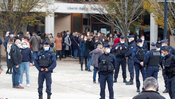 Перед колледжем Bois d'Aulne после теракта в пригороде Парижа Конфлан Сент-Онорин - Sputnik Беларусь