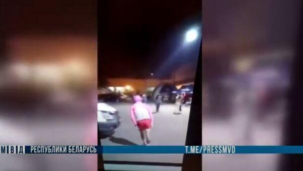 Гродненец демонстрировал гениталии перед милицейской машиной, видео - Sputnik Беларусь