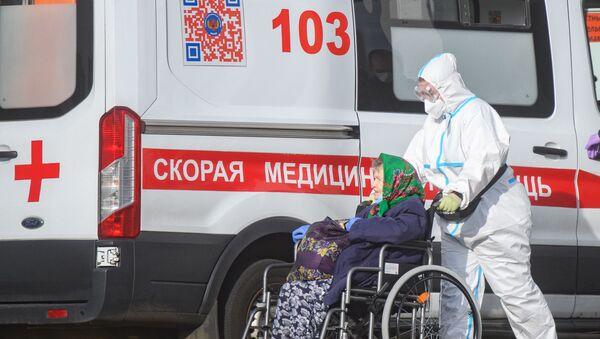 Брыгада хуткай медыцынскай дапамогі даставіла пацыентку ў каранцінны цэнтр - Sputnik Беларусь