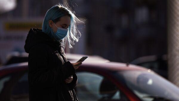 Девушка в маске на улице во время пандемии коронавируса - Sputnik Беларусь