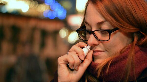 Женщина брызгает в нос лекарство - Sputnik Беларусь