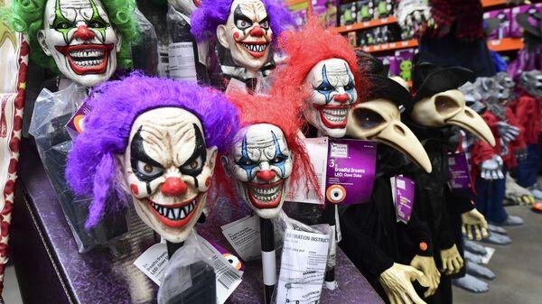 Маски для Хэллоуина продаются в магазине Альхамбры, Калифорния - Sputnik Беларусь