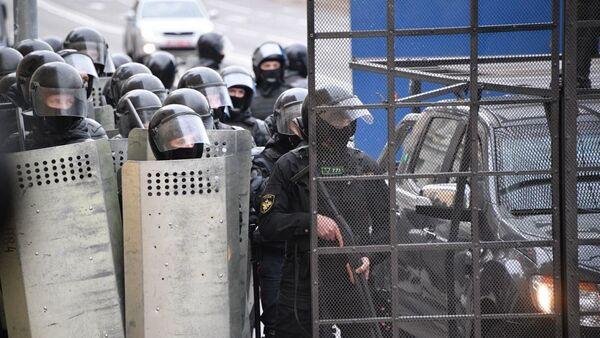 Силовики на акции протеста в Минске - Sputnik Беларусь