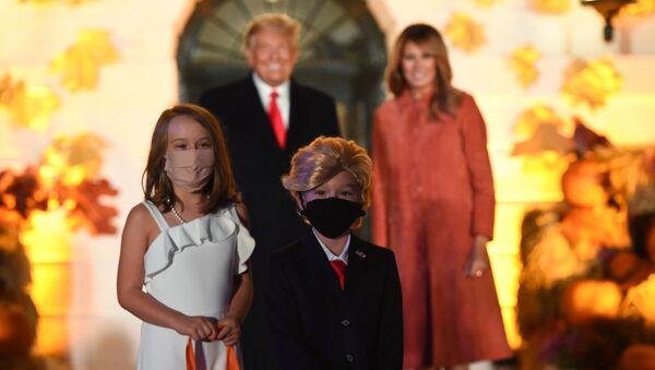 Дети, нарядившиеся как президентская пара, позируют перед Дональдом Трампом и Меланией Трамп на праздновании Хэллоуина в Белом доме - Sputnik Беларусь